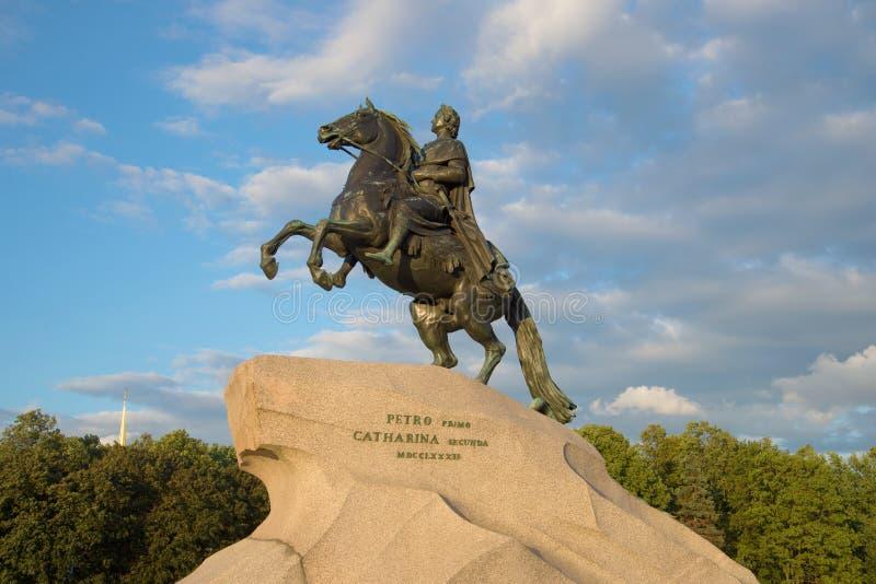 Μνημείο στον ιππέα χαλκού του Μέγας Πέτρου στο υπόβαθρο του νεφελώδους ουρανού στο βράδυ τον Αύγουστο η Αγία Πετρούπολη, Ρωσία στοκ εικόνες με δικαίωμα ελεύθερης χρήσης