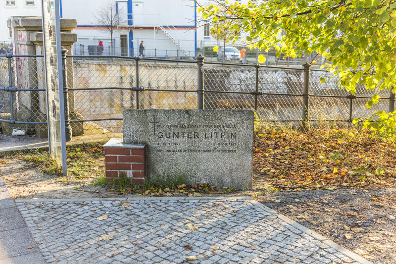 Μνημείο στον τοίχο για να θυμηθεί το πρώτο σκοτωμένο πρόσωπο Guenthe στοκ εικόνα