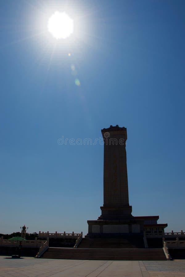 Μνημείο στους ήρωες των ανθρώπων στο πλατεία Tiananmen, Πεκίνο, Κίνα στη σκιαγραφία με το φωτεινό ήλιο στοκ εικόνα