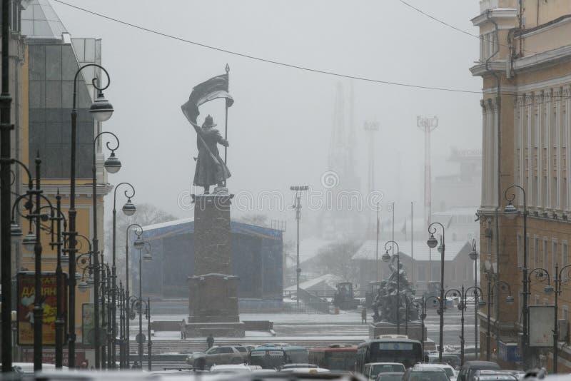 Μνημείο στους μαχητές για τη δύναμη των Σοβιετικών στην Άπω Ανατολή στο χιόνι στοκ εικόνα