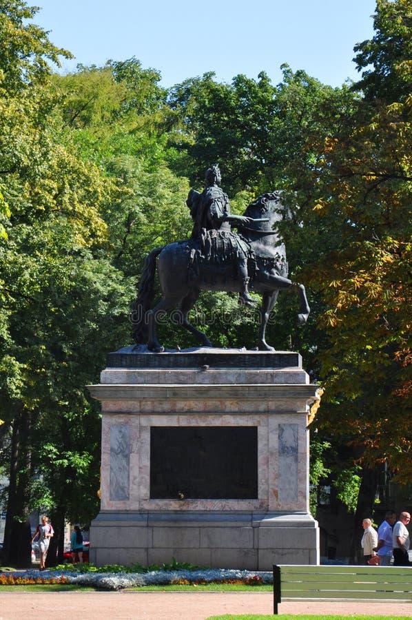Μνημείο στο Μέγας Πέτρο κοντά στο κάστρο Mikhailovsky στη Αγία Πετρούπολη στοκ φωτογραφία με δικαίωμα ελεύθερης χρήσης