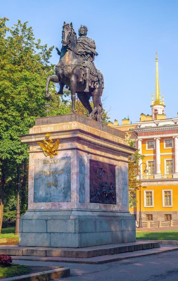 Μνημείο στο Μέγας Πέτρο κοντά στο Mikhailovsky Castle στη Αγία Πετρούπολη Στο βάθρο υπάρχει μια επιγραφή στα ρωσικά στοκ εικόνες