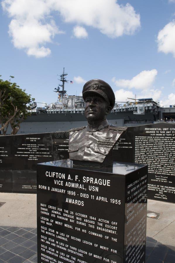 Μνημείο στο ναύαρχο Clifton Α κακίας φ Sprague δίπλα στο USS ευρισκόμενο στη μέση του δρόμου στο Σαν Ντιέγκο στοκ φωτογραφία