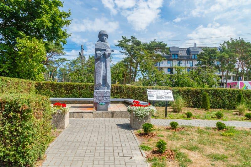 Μνημείο στο νεκροταφείο των σοβιετικών στρατιωτών πεσμένος σε Krynica Morska κατά τη διάρκεια του Δεύτερου Παγκόσμιου Πολέμου στοκ φωτογραφία