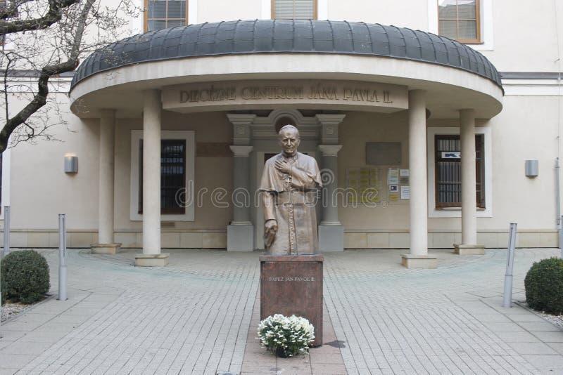 Μνημείο στο circa 2000 Παπάντων Ιωάννης Παύλος Β' κοντά στην εκκλησία καθεδρικών ναών στοκ φωτογραφία με δικαίωμα ελεύθερης χρήσης