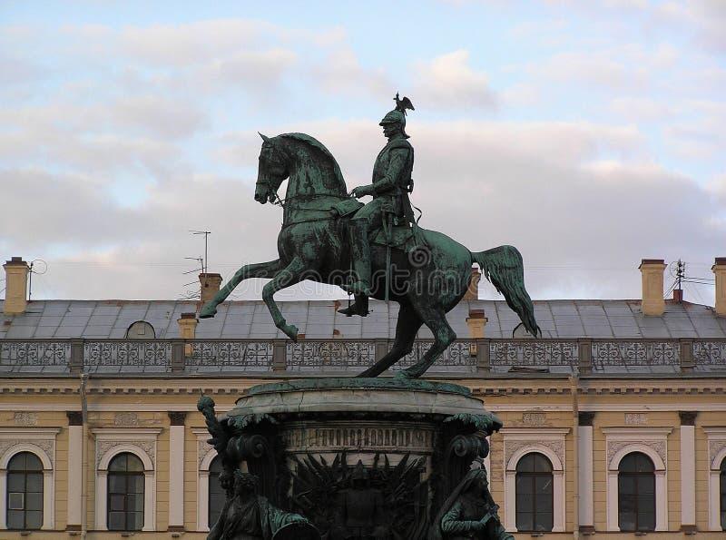 Μνημείο στο Nicholas Ι από τη Αγία Πετρούπολη στο τετράγωνο του ST Isaac ` s στο υπόβαθρο του χειμερινού ουρανού στοκ εικόνα με δικαίωμα ελεύθερης χρήσης
