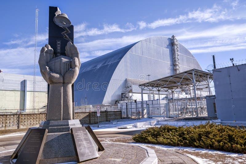 Μνημείο, τέταρτος αντιδραστήρας και περίκλειστη σαρκοφάγος στη ζώνη αποκλεισμού του Τσερνομπίλ, Ουκρανία στοκ εικόνα