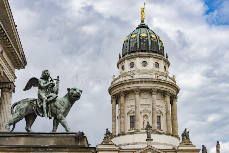 Μνημείο της άρπας παιχνιδιού αγγέλου χαλκού σε Gendarmenmarkt, Βερολίνο στοκ εικόνες με δικαίωμα ελεύθερης χρήσης