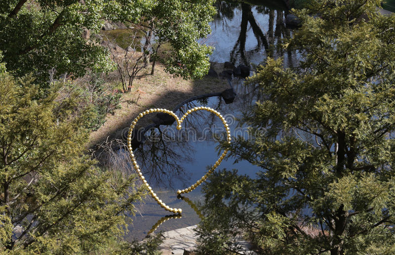 Μνημείο της καρδιάς στον ποταμό στο πάρκο στοκ εικόνα με δικαίωμα ελεύθερης χρήσης