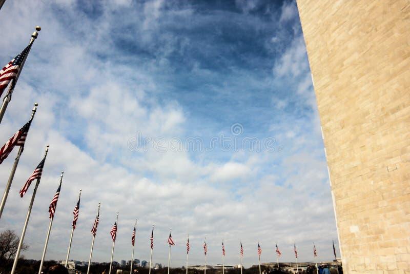 Μνημείο της Ουάσιγκτον και αμερικανικές σημαίες, Ουάσιγκτον, Περιοχή της Κολούμπια ΗΠΑ στοκ εικόνες