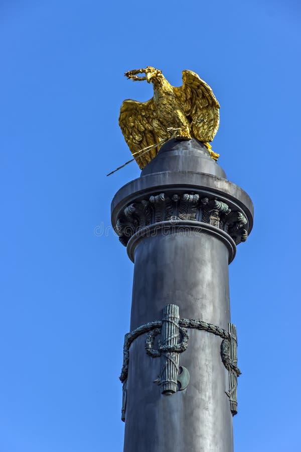 Μνημείο του αετού χαλκού στηλών χυτοσιδήρων πυροβόλων δόξας στοκ εικόνες με δικαίωμα ελεύθερης χρήσης