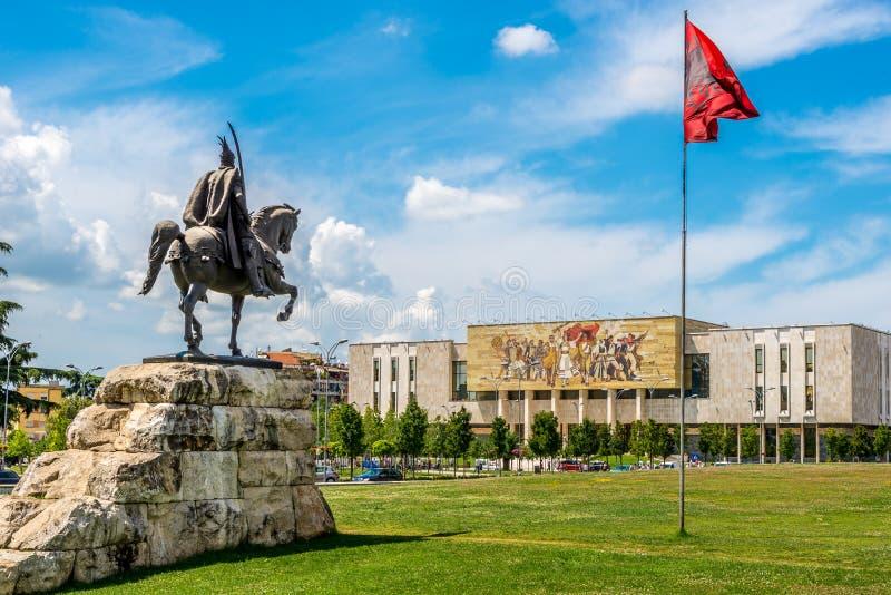 Μνημείο του Σκεντέρμπεη με το εθνικό μουσείο ιστορίας στα Τίρανα στοκ εικόνες