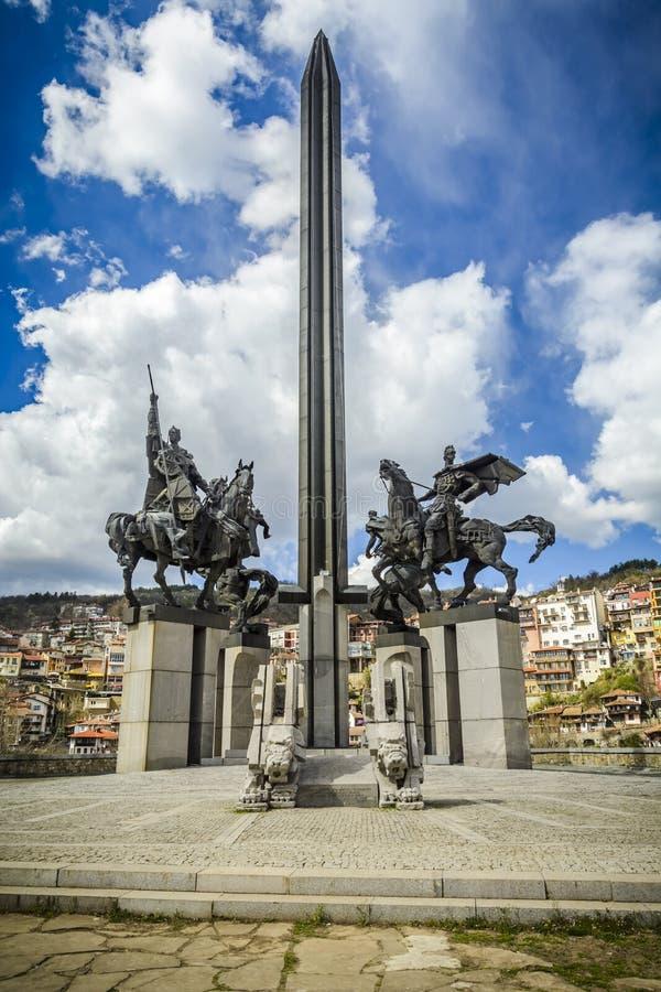 Μνημείο Asenevtsi να περιβάλει του Βελίκο Τύρνοβο από τα παραδοσιακά σπίτια bulblet στοκ εικόνες