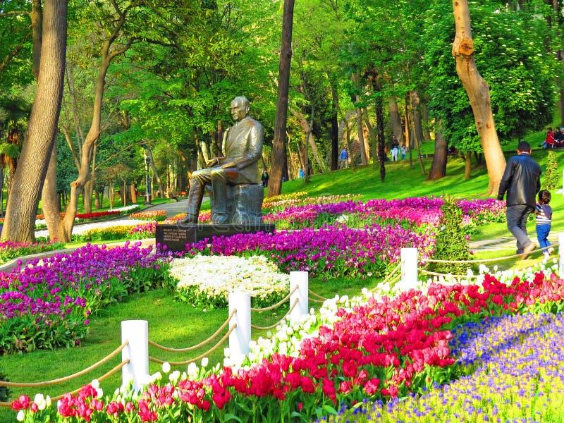 Μνημείο Ataturk μεταξύ των ανθίζοντας τουλιπών στην είσοδο στο πάρκο Gulhane στοκ εικόνα με δικαίωμα ελεύθερης χρήσης
