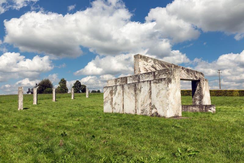 Μνημείο Europalia του μαρμάρου σε Nadrin στις βελγικές Αρδέννες στοκ εικόνες