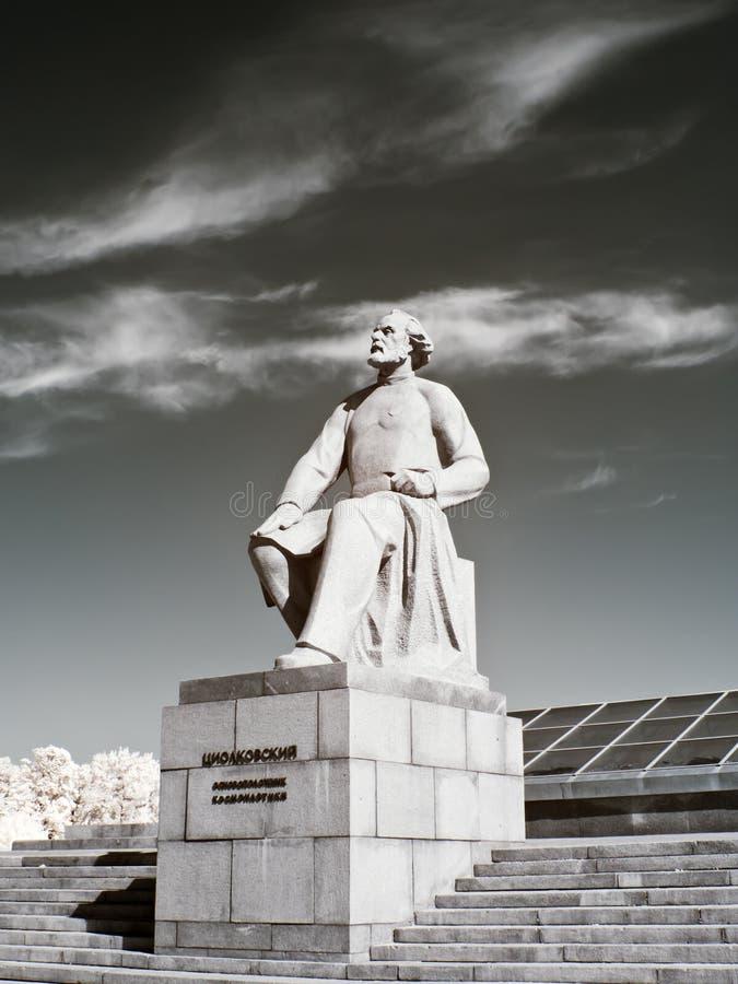 Μνημείο Konstantin Tsiolkovsky farmstead σχεδίου υπό κόκκινο φωτογραφιών τοπίων kuskovo στοκ εικόνα με δικαίωμα ελεύθερης χρήσης