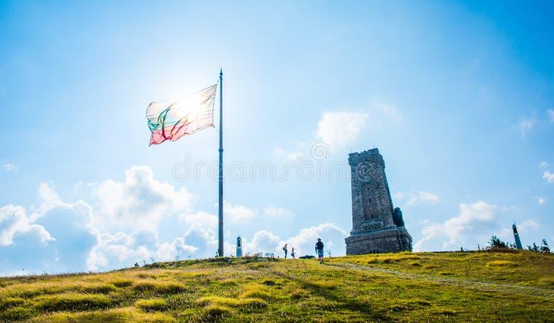Μνημείο Shipka με μια βουλγαρική σημαία στοκ φωτογραφία