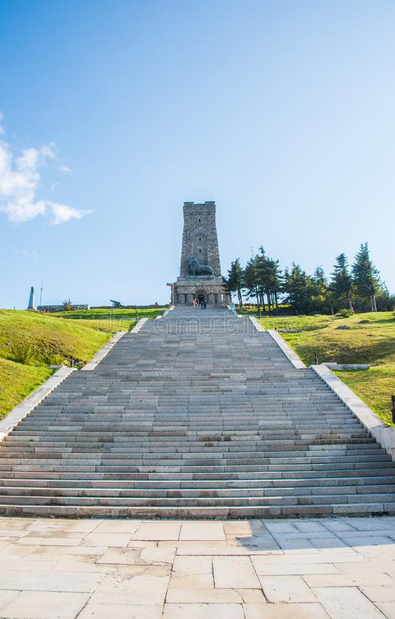 Μνημείο Shipka με μια βουλγαρική σημαία στοκ φωτογραφίες με δικαίωμα ελεύθερης χρήσης
