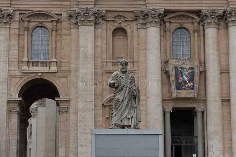 Μνημειακό άγαλμα Αγίου Peter ο απόστολος μπροστά από τη βασιλική Αγίου Peter, πλατεία SAN Pietro, κράτος πόλεων του Βατικανού, Ιτ στοκ φωτογραφίες