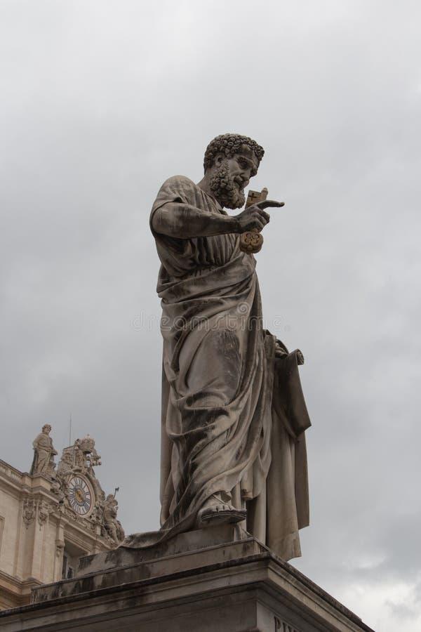 Μνημειακό άγαλμα Αγίου Peter ο απόστολος μπροστά από τη βασιλική Αγίου Peter, πλατεία SAN Pietro, κράτος πόλεων του Βατικανού, Ιτ στοκ φωτογραφία με δικαίωμα ελεύθερης χρήσης