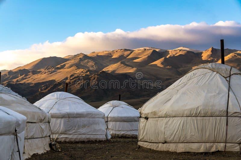 Μογγολικά yurts μπροστά από τα βουνά και το μπλε ουρανό στοκ φωτογραφία με δικαίωμα ελεύθερης χρήσης