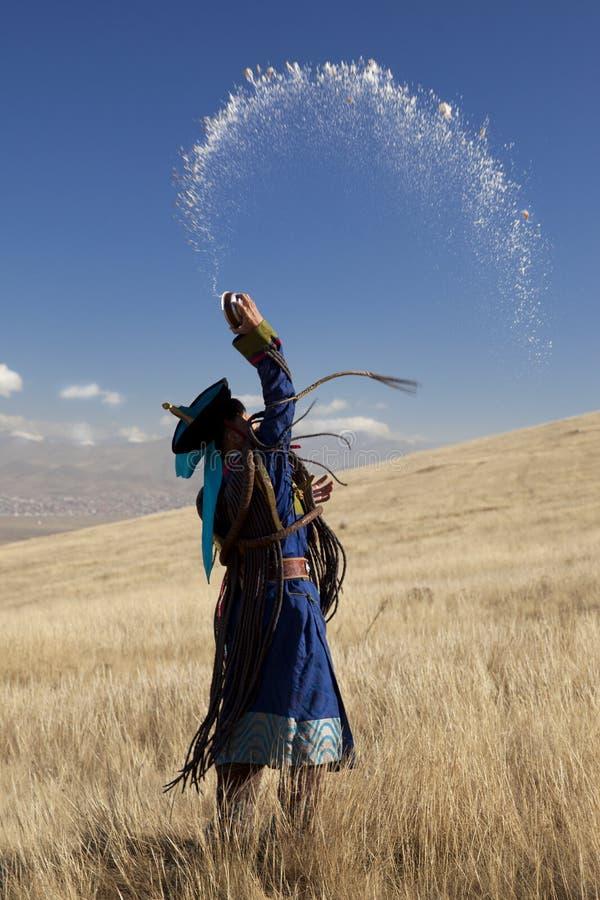 Μογγολικός σαμάνος, σε μια προσφέροντας τελετή στοκ φωτογραφία με δικαίωμα ελεύθερης χρήσης