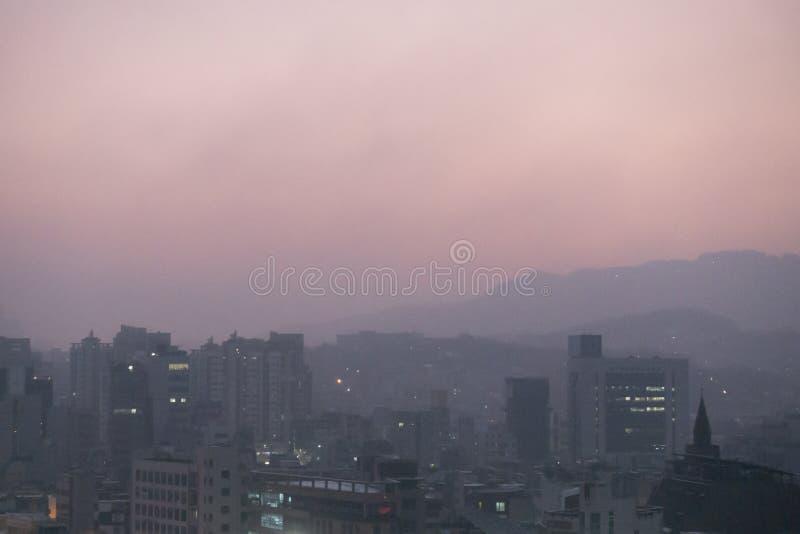 Μολυσμένος αέρας με τη σκόνη μικροϋπολογιστών και την πολύ λεπτή σκόνη στα ξημερώματα στη Σεούλ, Νότια Κορέα στοκ εικόνες με δικαίωμα ελεύθερης χρήσης