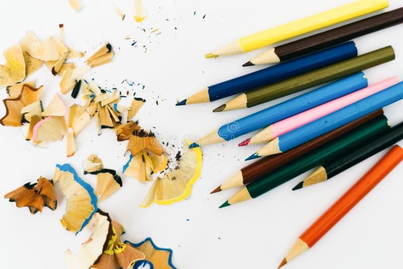 Μολύβια και ξέσματα χρώματος από τα μολύβια ενός χρώματος που απομονώ στοκ φωτογραφίες με δικαίωμα ελεύθερης χρήσης