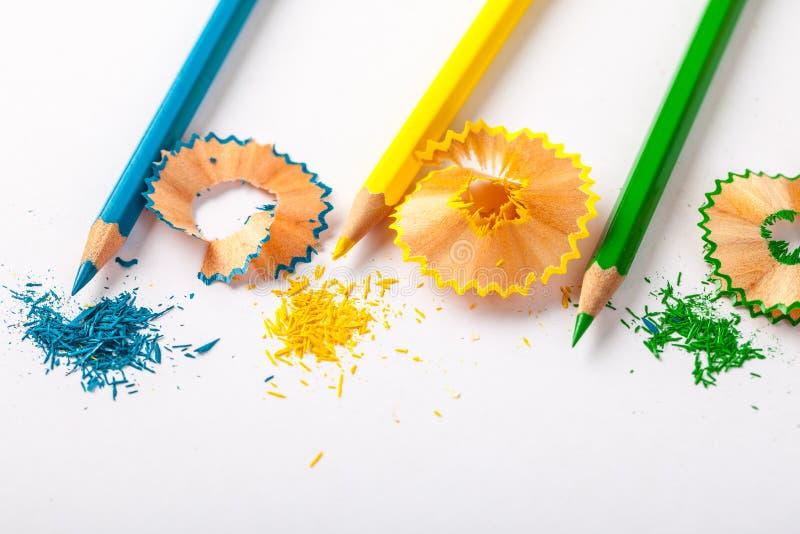 Μολύβια και ξέσματα χρώματος στη Λευκή Βίβλο Το στάσιμο BA στοκ φωτογραφία με δικαίωμα ελεύθερης χρήσης