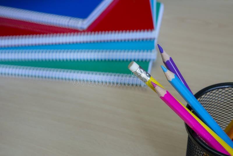 Μολύβια με τη σπείρα - συνδεδεμένα σημειωματάρια στοκ φωτογραφίες με δικαίωμα ελεύθερης χρήσης