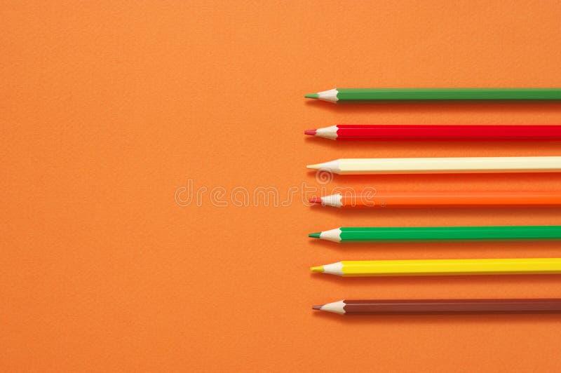 Μολύβια που τίθενται ζωηρόχρωμα στο πορτοκάλι στοκ εικόνα με δικαίωμα ελεύθερης χρήσης