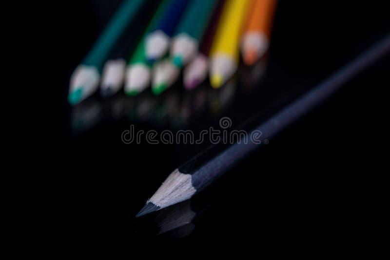 Μολύβια στο γυαλί Χρωματισμένα μολύβια μολυβιών για το χρωματισμό στοκ εικόνες