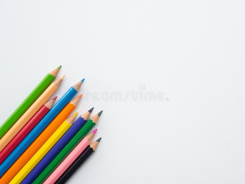Μολύβια χρώματος κινηματογραφήσεων σε πρώτο πλάνο που απομονώνονται στο υπόβαθρο της Λευκής Βίβλου Educat στοκ φωτογραφία με δικαίωμα ελεύθερης χρήσης