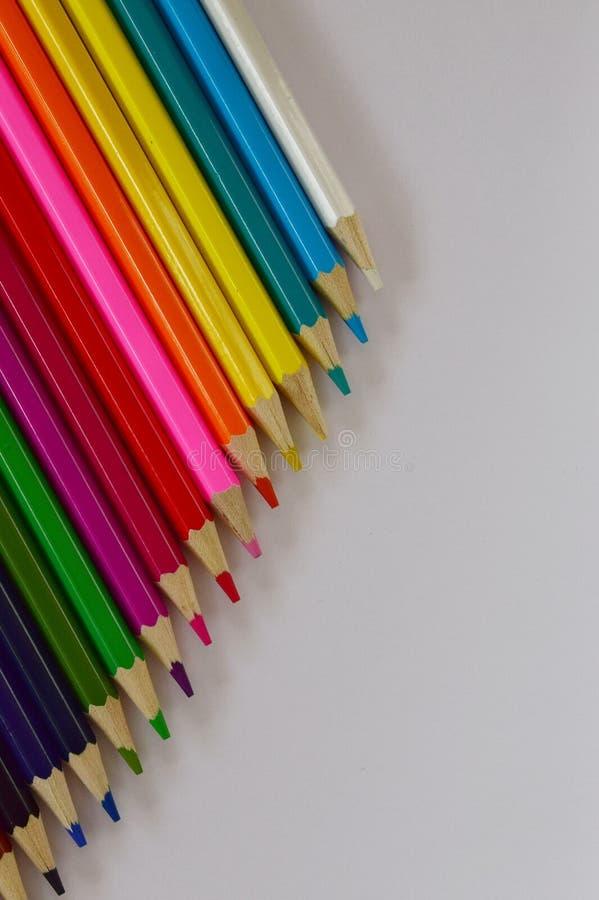 Μολύβια χρώματος σε ένα άσπρο υπόβαθρο στοκ εικόνες
