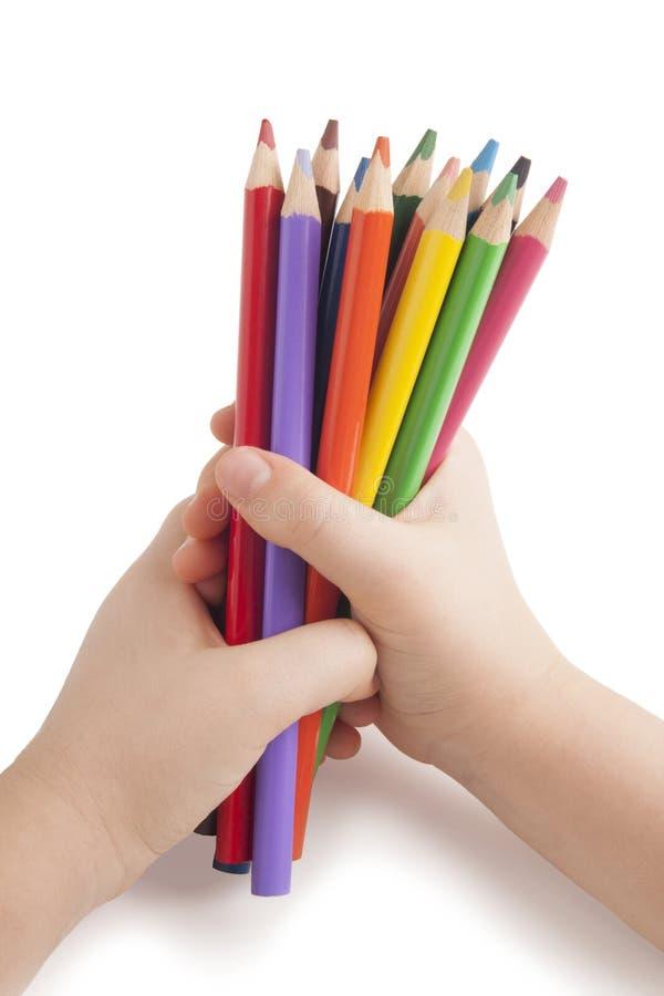 Μολύβια χρώματος στα χέρια παιδιών στοκ φωτογραφία με δικαίωμα ελεύθερης χρήσης