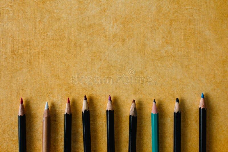 Μολύβια Clored σε ένα της υφής υπόβαθρο εγγράφου του κίτρινου διαστήματος αντιγράφων χρώματος στοκ εικόνες με δικαίωμα ελεύθερης χρήσης