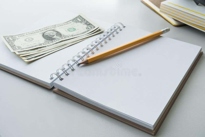 Μολύβι και χρήματα λογαριασμών στο σημειωματάριο οικονομική αποταμίευση στοκ φωτογραφία με δικαίωμα ελεύθερης χρήσης