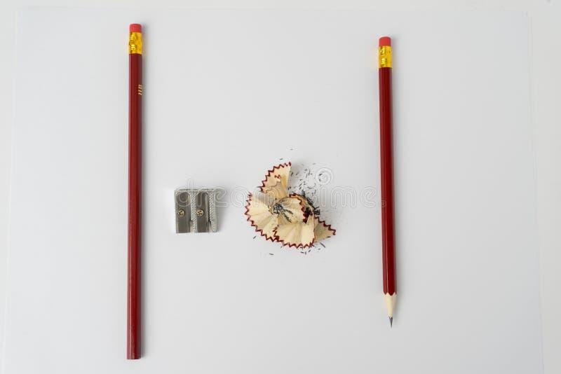 Μολύβι με το ακόνισμα των ξεσμάτων στο λευκό στοκ φωτογραφία με δικαίωμα ελεύθερης χρήσης