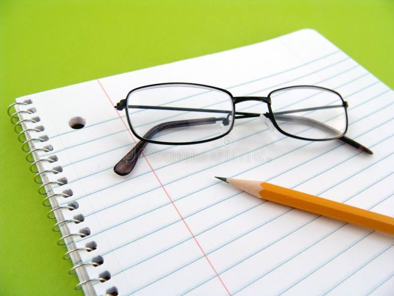 μολύβι σημειώσεων γυαλιών βιβλίων στοκ φωτογραφία