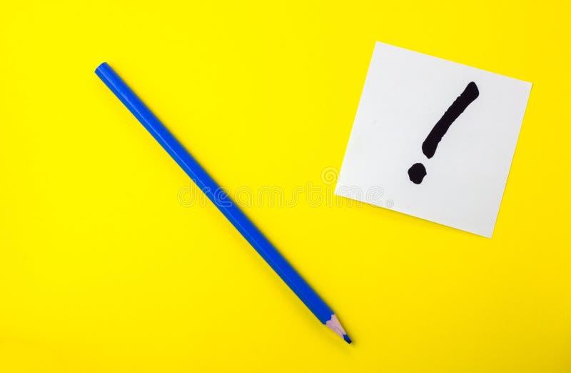 Μολύβι στο κίτρινο υπόβαθρο με τις αυτοκόλλητες ετικέττες και τα σημάδια στοκ εικόνα με δικαίωμα ελεύθερης χρήσης