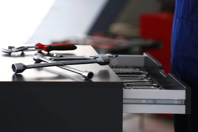 Μονάδα συρταριών με τα εργαλεία στο αυτοκίνητο στοκ φωτογραφία με δικαίωμα ελεύθερης χρήσης