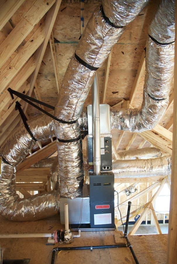 Μονάδα χειριστών αέρα σε ένα προαστιακό σπίτι κάτω από την κατασκευή στοκ φωτογραφία με δικαίωμα ελεύθερης χρήσης