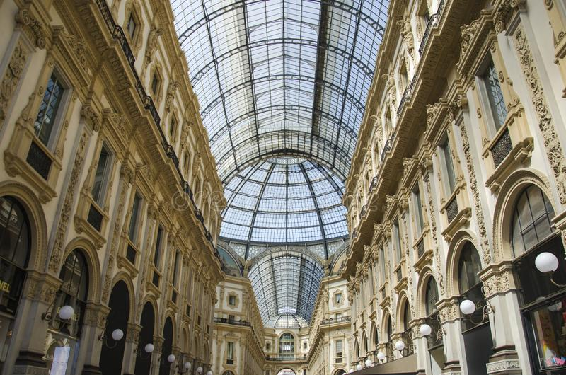 Μοναδική άποψη Galleria Vittorio Emanuele ΙΙ που βλέπει άνωθεν στο Μιλάνο το καλοκαίρι Χτίζεται το 1875 αυτήν την στοά μια από στοκ φωτογραφίες