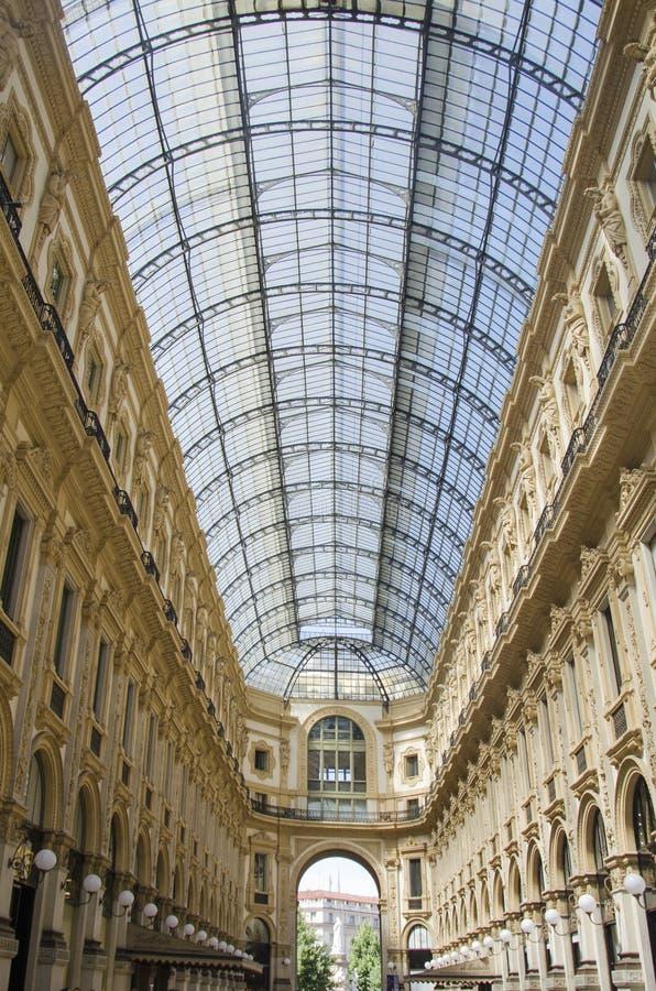 Μοναδική άποψη Galleria Vittorio Emanuele ΙΙ που βλέπει άνωθεν στο Μιλάνο το καλοκαίρι Χτίζεται το 1875 αυτήν την στοά μια από στοκ εικόνα με δικαίωμα ελεύθερης χρήσης