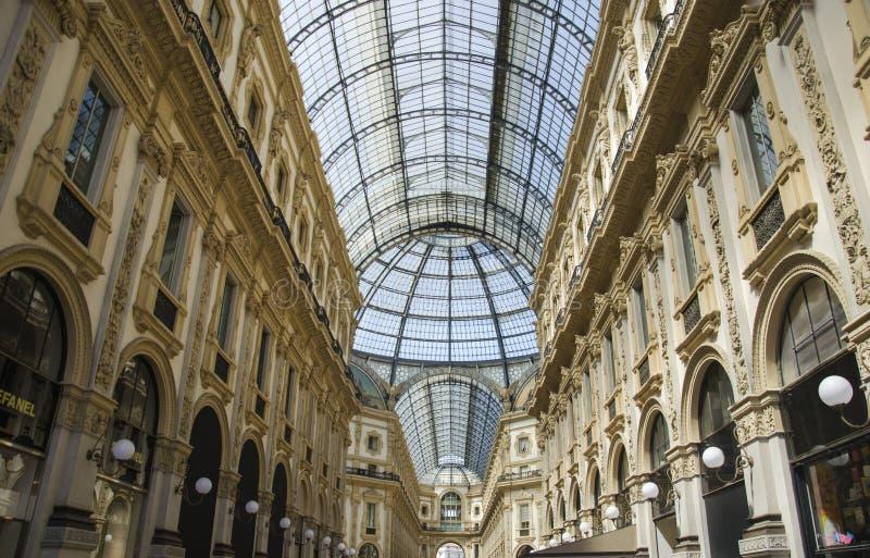 Μοναδική άποψη Galleria Vittorio Emanuele ΙΙ που βλέπει άνωθεν στο Μιλάνο το καλοκαίρι Χτίζεται το 1875 αυτήν την στοά μια από στοκ φωτογραφία με δικαίωμα ελεύθερης χρήσης
