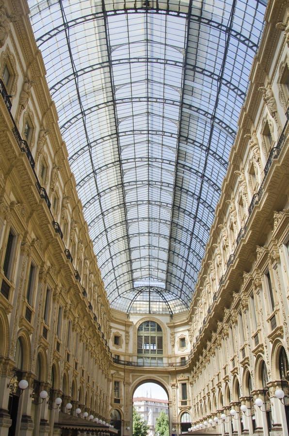 Μοναδική άποψη Galleria Vittorio Emanuele ΙΙ που βλέπει άνωθεν στο Μιλάνο το καλοκαίρι Χτίζεται το 1875 αυτήν την στοά μια από στοκ εικόνες