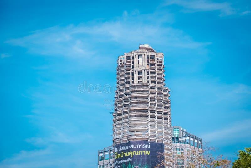 Μοναδικός πύργος Sathorn Εγκαταλείψτε την οικοδόμηση στη Μπανγκόκ, Ταϊλάνδη στοκ εικόνες