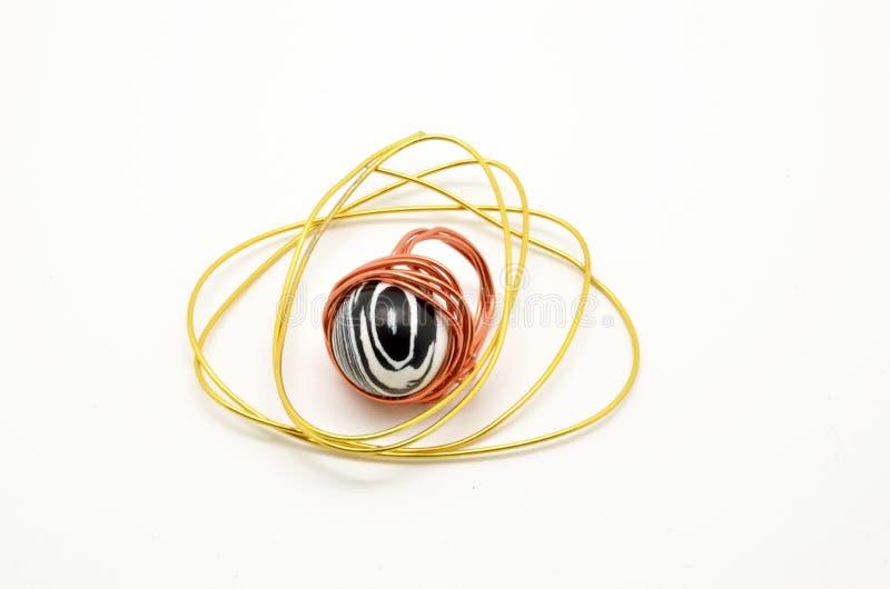 Μοναδικό δαχτυλίδι με το χειροποίητο πληθυσμό μετάλλων και νημάτων στοκ εικόνες με δικαίωμα ελεύθερης χρήσης