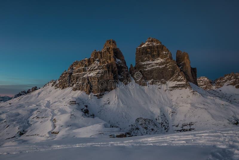 Μοναδικό τοπίο βουνών νύχτας και χειμώνα του CIME Tre στοκ εικόνες