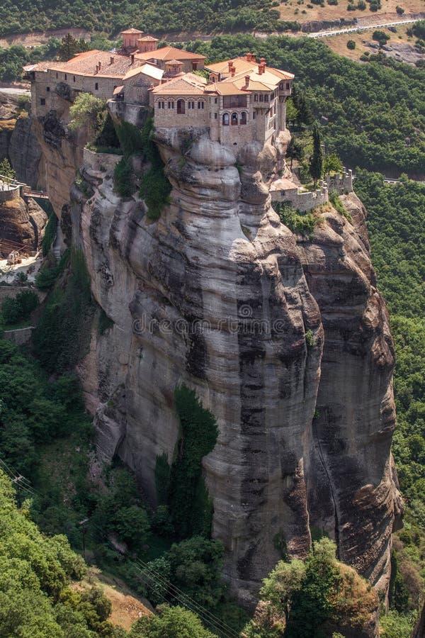 Μοναστήρι από την meteora-Ελλάδα, όμορφο τοπίο με το ψηλό ροκ στοκ φωτογραφία με δικαίωμα ελεύθερης χρήσης